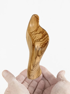the-handheld-icon-maria-5.5-in-height-carved-in-centenary-olive-wood-1